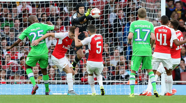 Petr Cech punches the ball clear during Arsenal's Emirates Cup match against VfL Wolfsburg. (Source: David Rogers/Getty Images Europe)